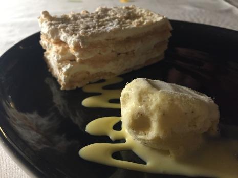 Pastel Ruso con helado de vainilla.