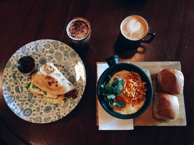 Keema per Eedu y Bacon & egg Naan Roll